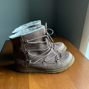 LIKE NEW Tan Snow Boots   Mad Love